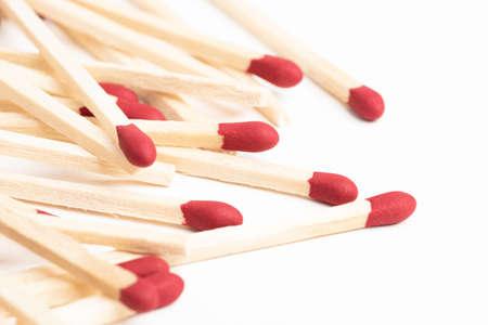 Una ripresa macro di un mucchio di fiammiferi in legno inutilizzati con punte rosse. Archivio Fotografico