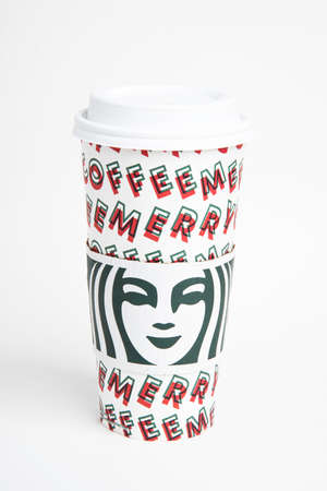 Vidalia, Georgia  USA - November 15, 2019: One of Starbucks' 2019 holiday theme hot beverage disposable carry cups. 新聞圖片