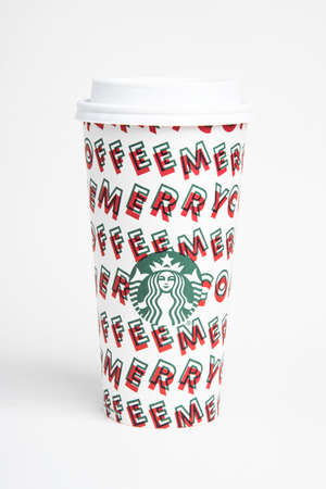 Vidalia, Georgia / USA - November 15, 2019: One of Starbucks' 2019 holiday theme hot beverage disposable carry cups. Banque d'images - 138208564