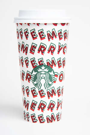 Vidalia, Georgia / USA - November 15, 2019: One of Starbucks' 2019 holiday theme hot beverage disposable carry cups. Banque d'images - 138208566