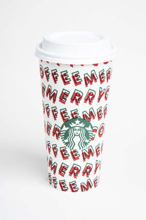 Vidalia, Georgia / USA - November 15, 2019: One of Starbucks' 2019 holiday theme hot beverage disposable carry cups. Banque d'images - 138208567