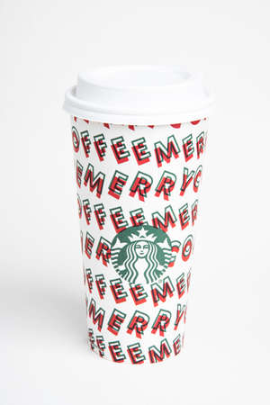 Vidalia, Georgia / USA - November 15, 2019: One of Starbucks' 2019 holiday theme hot beverage disposable carry cups. Banque d'images - 138208568