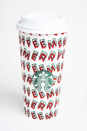 Vidalia, Georgia / USA - November 15, 2019: One of Starbucks' 2019 holiday theme hot beverage disposable carry cups. Banque d'images - 138208570