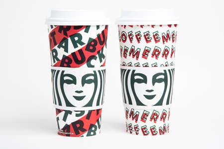 Vidalia, Georgia / USA - November 15, 2019: Two designs of Starbucks' 2019 holiday theme hot beverage disposable carry cups. Banque d'images - 138208572