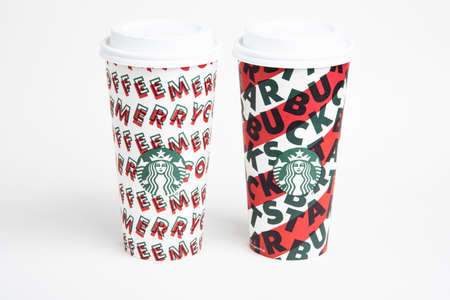 Vidalia, Georgia / USA - November 15, 2019: Two designs of Starbucks' 2019 holiday theme hot beverage disposable carry cups. Banque d'images - 138208583