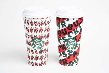 Vidalia, Georgia / USA - November 15, 2019: Two designs of Starbucks' 2019 holiday theme hot beverage disposable carry cups. Banque d'images - 138208579