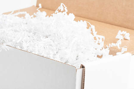 A close-up studio shot of a generic open white packaging box set on a plain white background. Imagens