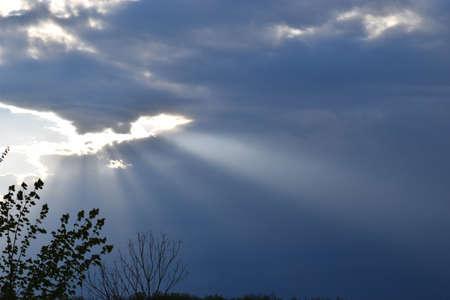 Sonnenstrahlen entgehen den dicken Wolken Standard-Bild - 92612417