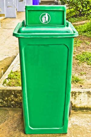 garbage bin: Cubo de basura verde con ruedas
