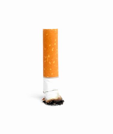 Sigaretuiteinde met as op witte achtergrond wordt geïsoleerd die