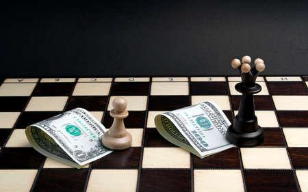 competitividad: ajedrez blanco y negro en el tablero de ajedrez Foto de archivo