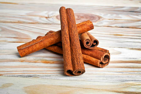 cannelle: Cinnamon isolated on wooden background
