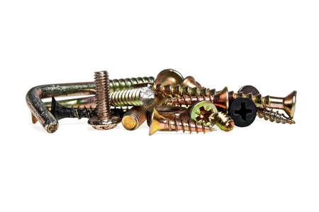 tuercas y tornillos: Conjunto de diversos tornillos, tuercas, pernos, aislado en un fondo blanco