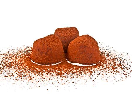 truffe blanche: Chocolat truffe isolé sur fond blanc Banque d'images
