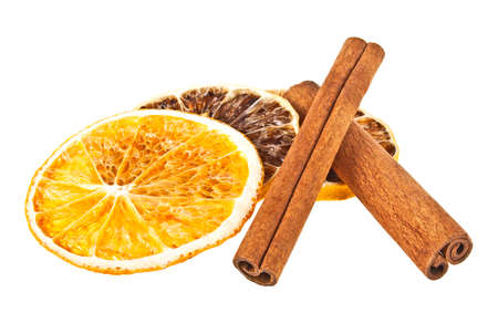 cannelle: Cinnamon sticks and dried orange and lemon slices on a white background