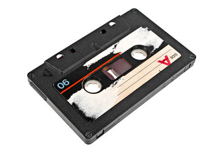 Gros plan vintage cassette audio isolé sur un fond blanc
