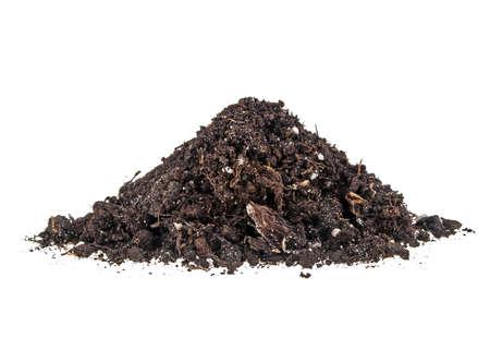 turba: Pila montón de humus del suelo aislados en fondo blanco