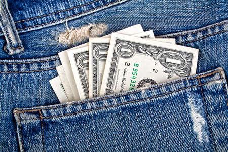 ブルー ジーンズのポケットから突き出て米ドル