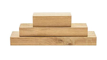 Vigas de madera de roble sobre un fondo blanco.
