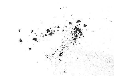 Poussière de charbon noir avec des fragments isolés sur fond blanc, vue de dessus. Banque d'images