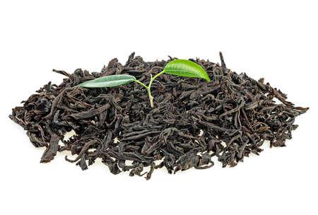 Tas de thé noir séché avec des feuilles de thé vert frais isolé sur fond blanc Banque d'images