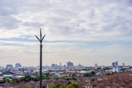 Piorunochron na dachu z tłem miejskim