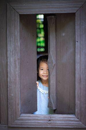 happy little asian girl standing and open the window Zdjęcie Seryjne - 131718055