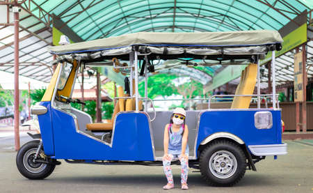 Portrait of a little asian girl sitting in tuk tuk taxi 版權商用圖片
