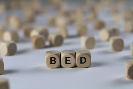 literas: cama - cubo con letras, cartel con cubos de madera Foto de archivo