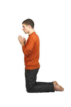 ひざまずく: 白い背景で隔離の彼の膝の上の男
