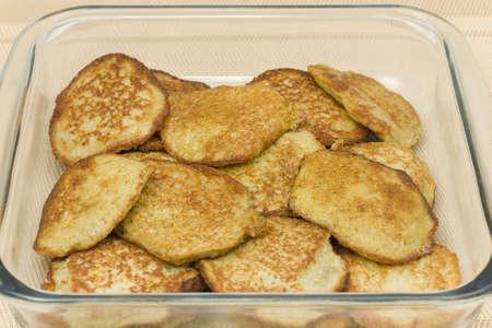 papas doradas: panqueques o hash browns en un primer recipiente de vidrio