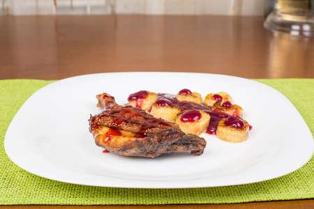 platanos fritos: Pierna de pollo frito con salsa de frambuesa y pl�tanos fritos