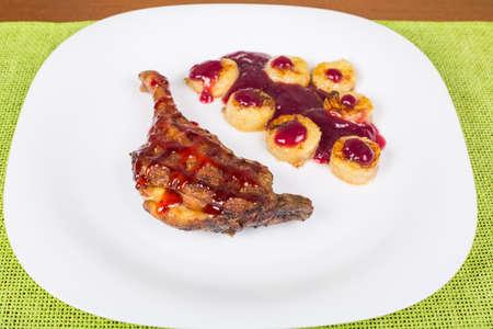 platanos fritos: Pierna de pollo frito con salsa de frambuesa y plátanos fritos