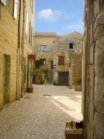 Barjac eine alte Stadt in Südfrankreich Standard-Bild - 12028424