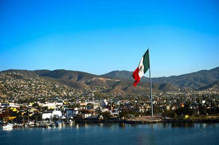 Una gran bandera de México volando en el Puerto de Ensenada Foto de archivo