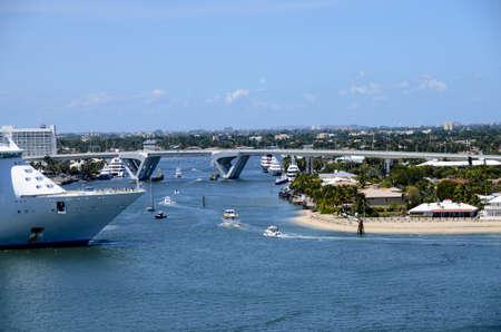 cruiseship: Un crucero dejando everglads puerto en la v�a fluvial