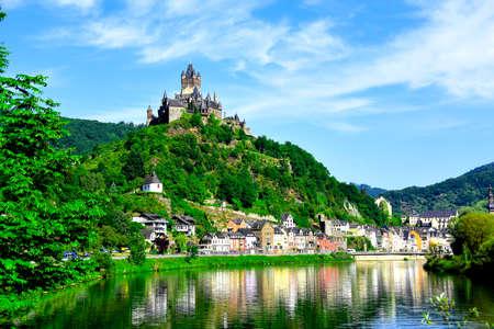 castillo medieval: Castillo Reichsburg se sienta encima de la ciudad medieval de Cochem en el río Mosel, Alemania.