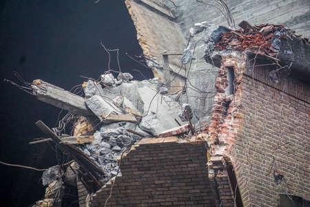 sotana: Pared de la iglesia expuesto durante la demolición