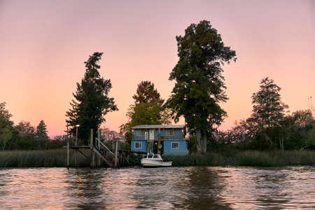 Haus auf Stelzen im Flussdelta Standard-Bild - 81930178