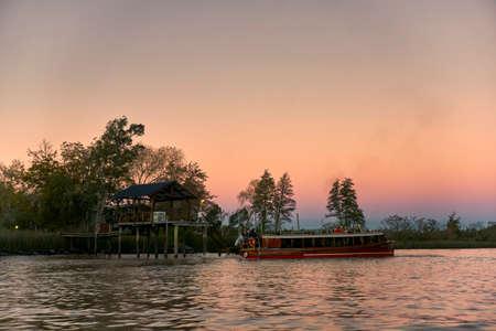Haus auf Stelzen im Flussdelta Standard-Bild - 81930180