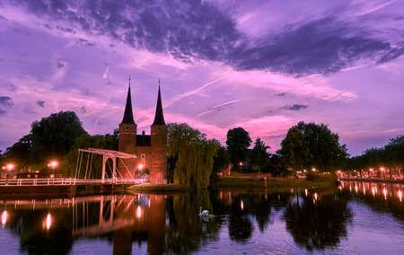 Oostpoort Delft bij zonsondergang