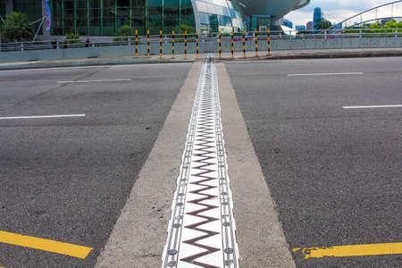 Zaagtand voegovergang op een moderne brug.