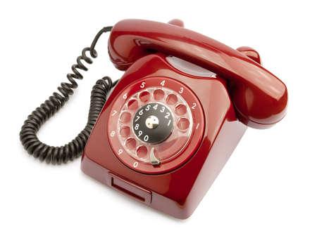 hotline: Rode oude telefoon geïsoleerd op witte achtergrond