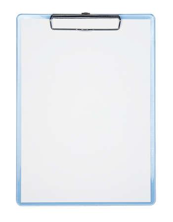 portapapeles: Portapapeles azul con una hoja en blanco de papel aislada sobre fondo blanco