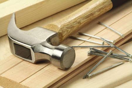 falegname: Tavole di legno, martello e chiodi.