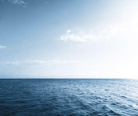 horizonte: Cielo y agua del lago azul