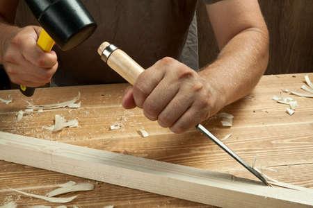 cincel: Madera del taller. Carpintero trabaja con cincel.