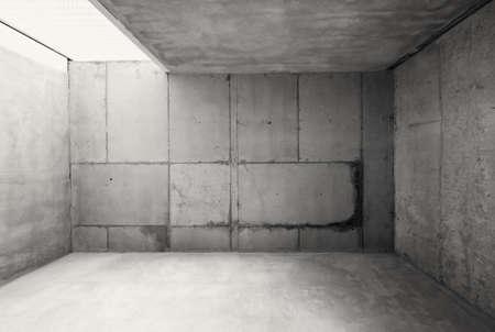carcel: Sala de almacén vacío con paredes de cemento y piso.