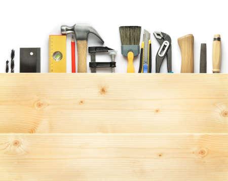 menuisier: Arri�re-plan de menuiserie. Outils sous les planches de bois.