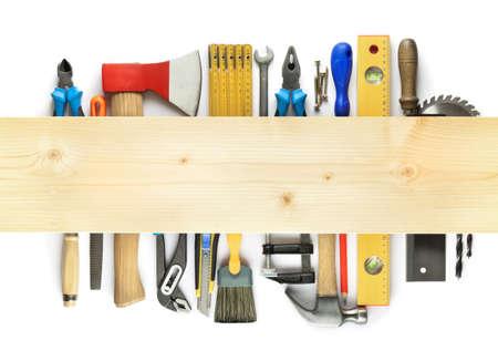 hardware: Carpinter�a de fondo. Herramientas debajo de la tabla de madera. Foto de archivo